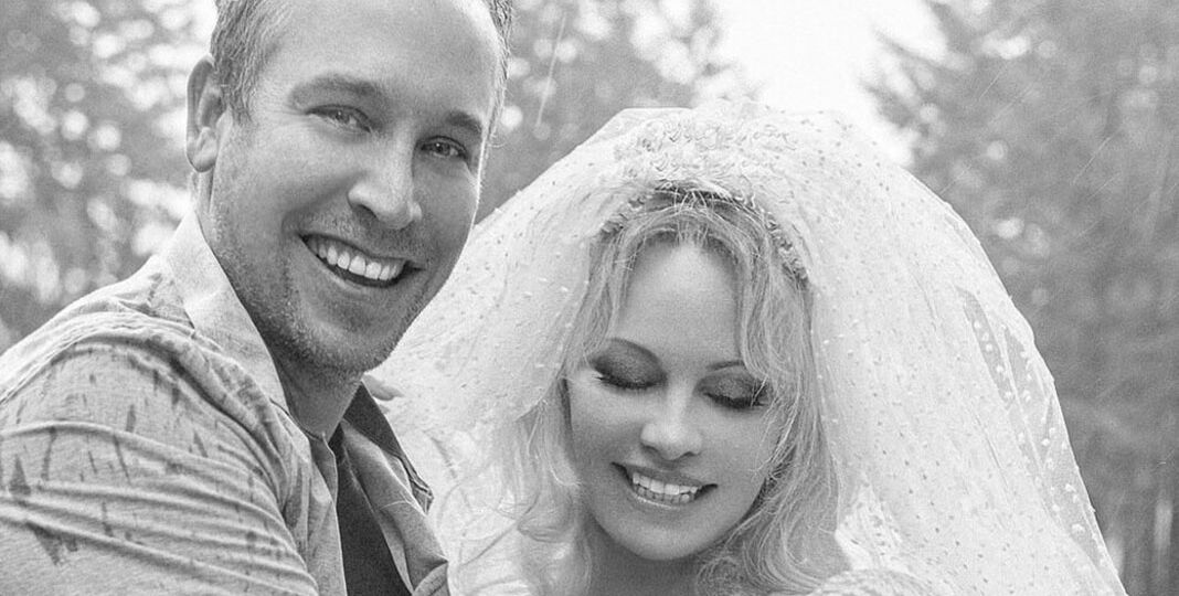 38364660_9176427_pamela_anderson_has_married_her_bodyguard_dan_hayhurst_after_the_a_10_1611677771618_60127dc55d5bb11